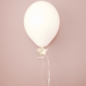 Christmas Balloon with Hellebore (Christmas Rose) baby breath and spanish moss - staying Anastasia Benko for Westwingnow.de