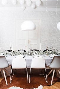 table center piece / garland made of Leucophyta brown - styling Anastasia Benko - photo by Westwingnow.de