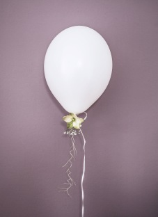 Christmas Balloon with Hellebore (Christmas Rose) baby breath and spanish moss - staying Anastasia Benko - photo Westwingnow.de