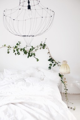 white bedroom with ivy garland / DIY chandelier / stylist Anastasia Benko