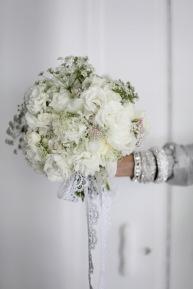 wedding inspiration, white summer party, white floral arrangement