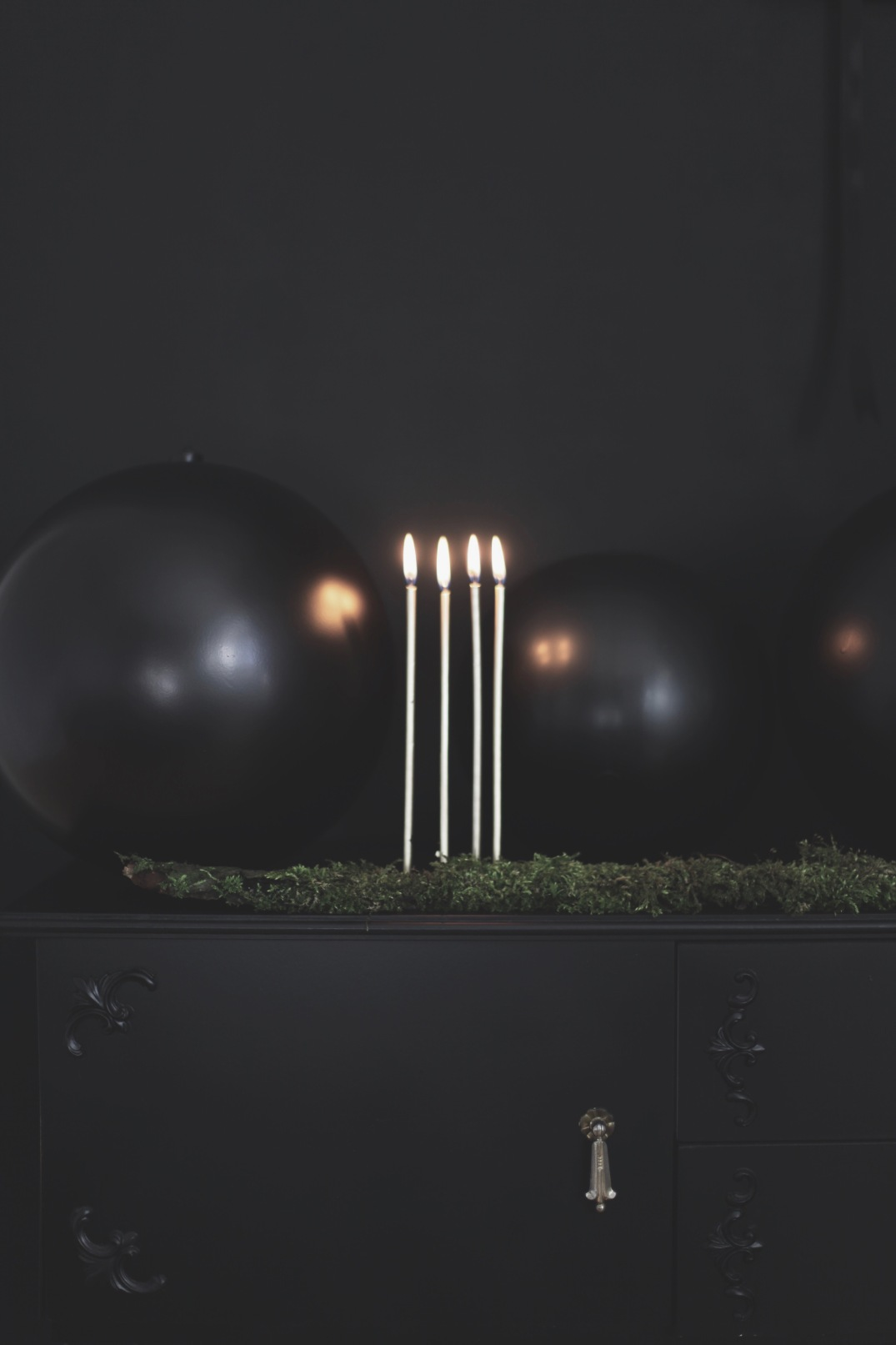 black XXL Christmas baubles with golden candles / styling Anastasia Benko