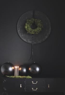 Festive moss wreath, moody styling / vintage baking tray / styling Anastasia Benko