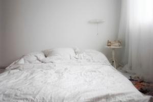 VORHER: Eine leere Wand sucht ein schönes Kopfteil, welches zur Lampe passt