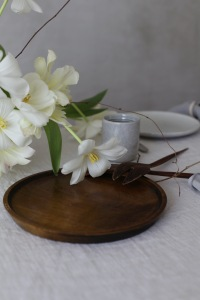 Natural table decoration with white tulips