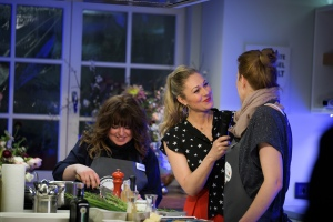 Ruth Moschner, Heike von Relleomein und ich beim zubereiten der Hauptspeise