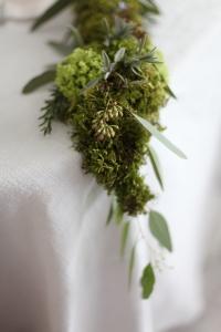 Tischgirlande aus Moos, Eukalyptus, Rosmarin, Salbei, Lavendel, Schneeball
