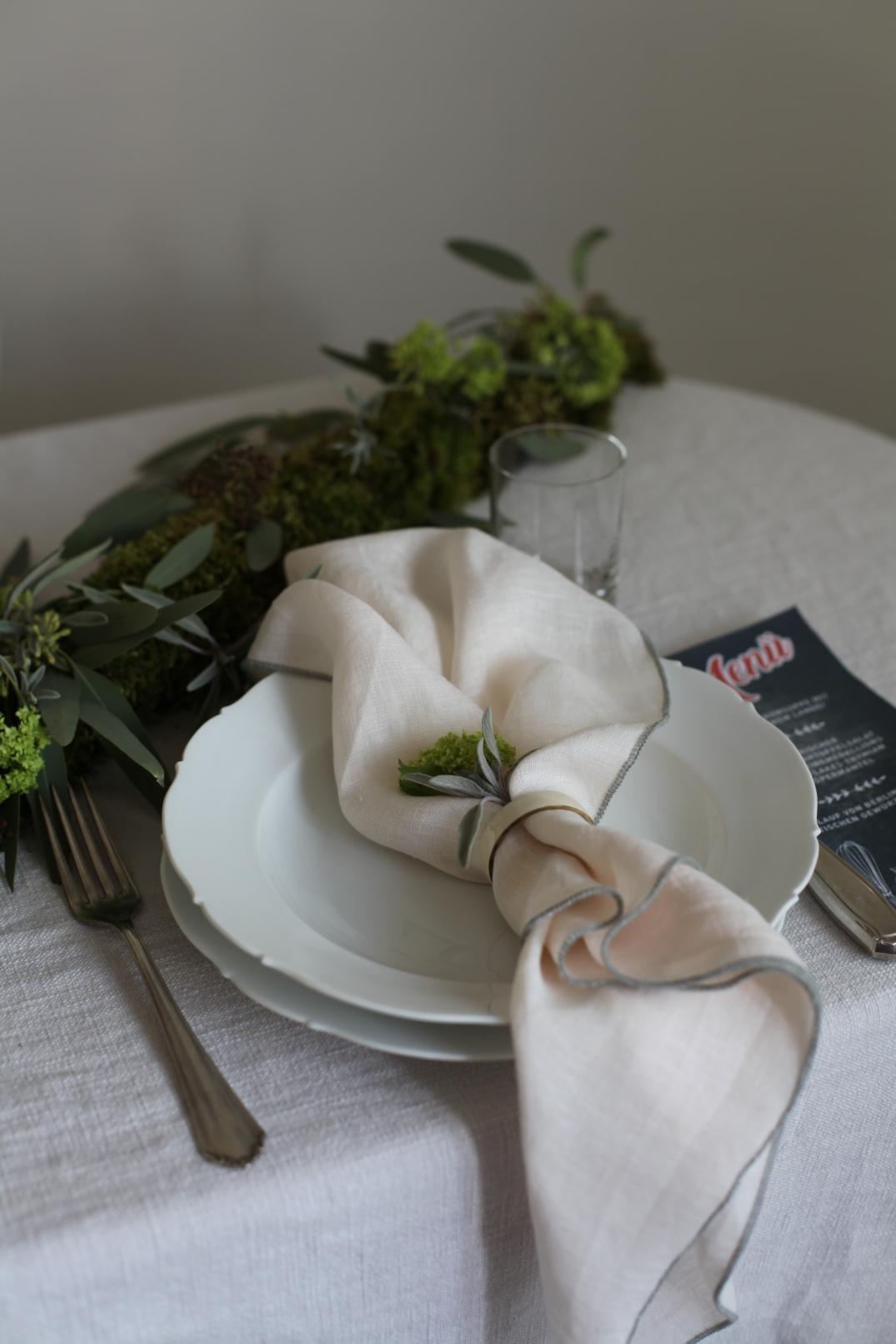 Tischdekoration mit Tischgirlande aus Blumen und Kräutern