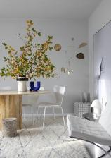 Der Blick ins Wohnzimmer, Homestory Anastasia Benko: Vintage Marmor Tisch, Barcelona Chair von Knall, Fritz Hansen Series 7 Arne Jacobsen, LPLN Mobile