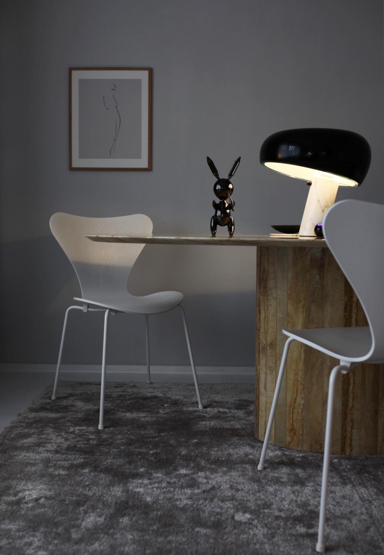 Manchmal wandert die Snoopy Leuchte von Flos und erleuchtet ganz besondere Stücke - wie hier den Rabbit von Jeff Koons - Anastasia Benko Homestory