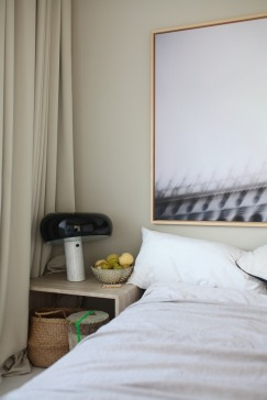 Snoopy Leuchte von Flos sorgt für eine schöne Stimmung im Schlafzimmer - Homestory Anastasia Benko