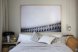 Schlafzimmer Anastasia Benko Homestory - antike Deckenleuchte, ein Lieblingsbild vom Markusplatz in Venedig und die Snoopy von Flos