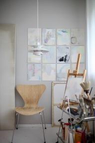 Die Arbeit wurde komplett ins Atelier verlagert: hier sieht man einen Ausschnitt... Atelier Anastasia Benko. Louis Poulsen PH5, Vintage Fritz Hansen Series 7